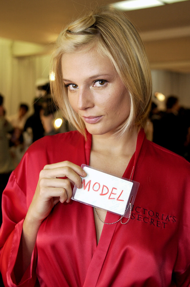 Victoria's Secret Fashion Show 2002 – Backstage – Bridget Hall [x 25]