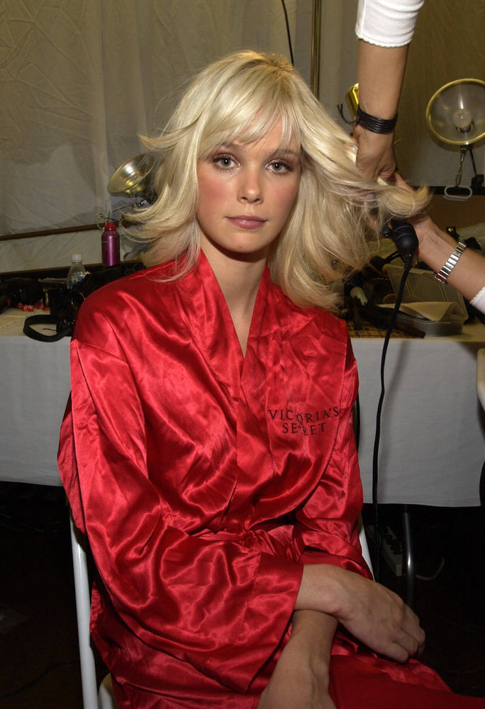 Victoria's Secret Fashion Show 2002 – Backstage – Dewi Driegen [x 6]