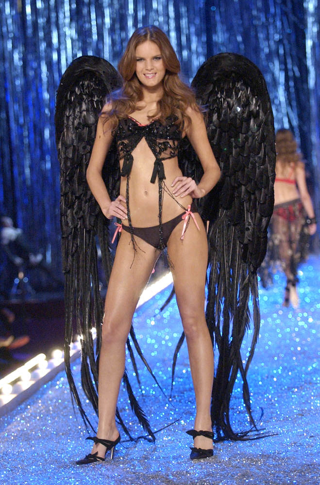 Victoria's Secret Fashion Show 2003 – Runway – 2 Razor Sharp Latex Ladies – Marcelle Bittar [x 12]