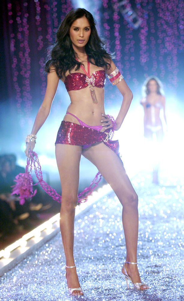 Victoria's Secret Fashion Show 2003 – Runway – 3 Rock Chicks Rockin' Out – Ujjwala Raut [x 8]