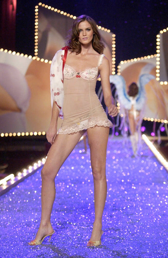 Victoria's Secret Fashion Show 2003 – Runway – 4 Sexy Kittens – Mini Anden [x 9]