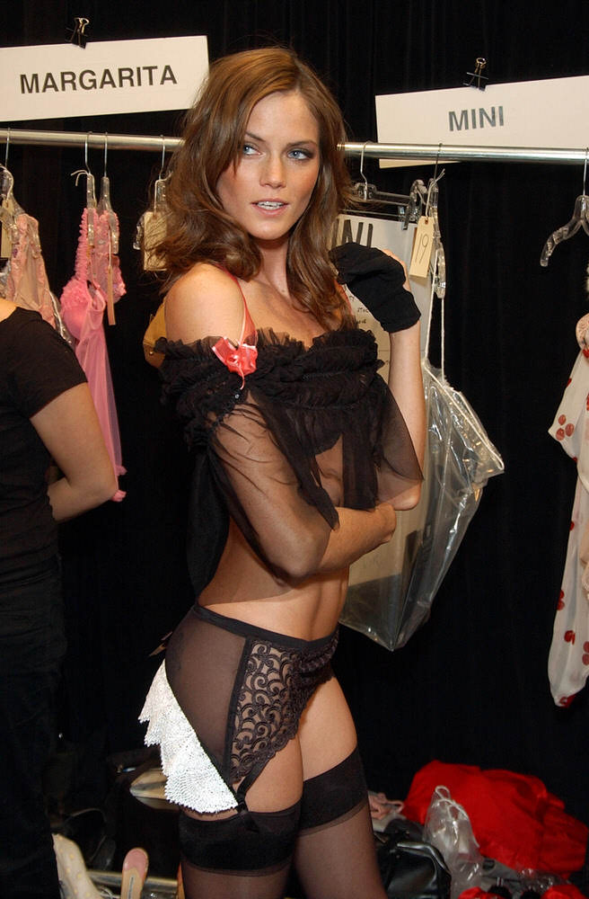 Victoria's Secret Fashion Show 2003 – Backstage – Mini Anden [x 5]