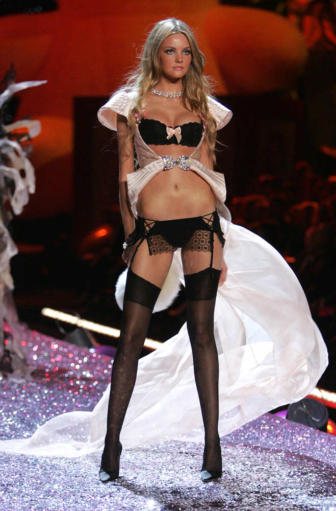 Caroline Trentini – 2 Sexy Shadow Dreams – Victoria's Secret Fashion Show 2005 [x 14]