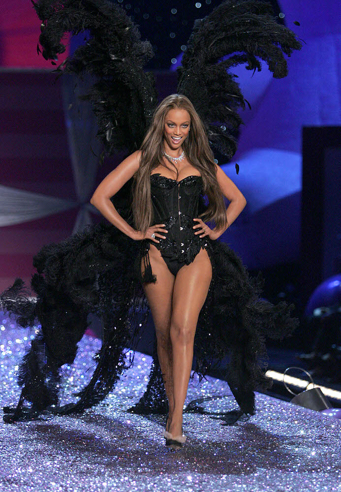 Tyra Banks – 2 Sexy Shadow Dreams – Victoria's Secret Fashion Show 2005 [x 52]