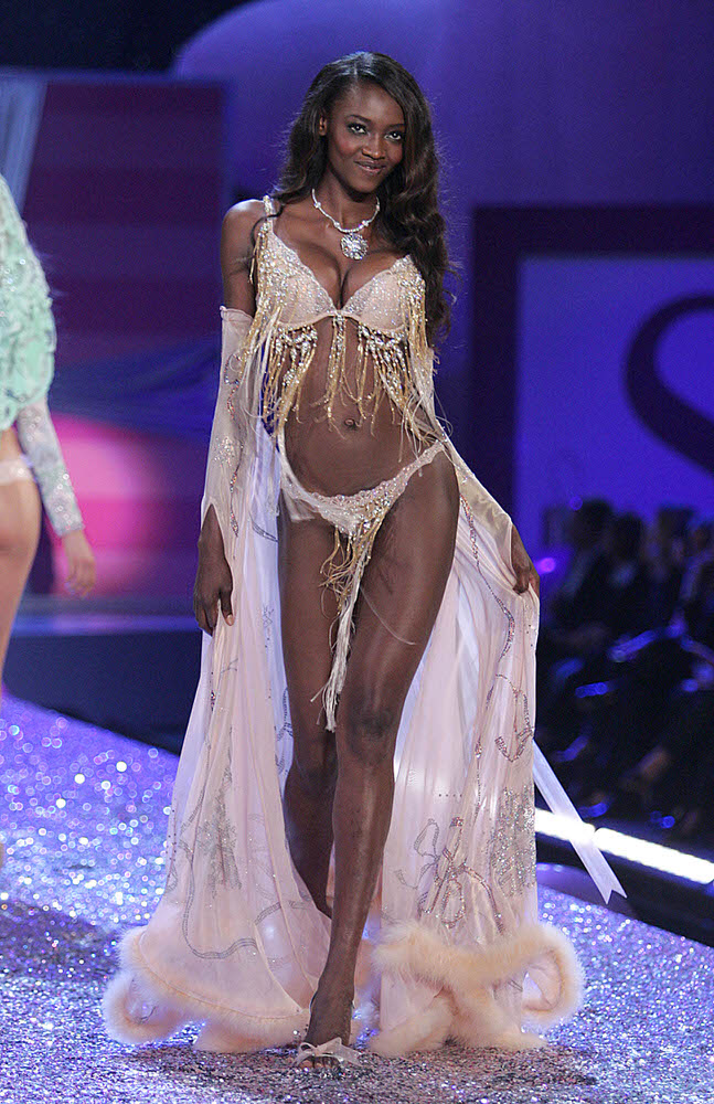 Oluchi Onweagba – 3 Sexy Crystal Princesses – Victoria's Secret Fashion Show 2005 [x 13]