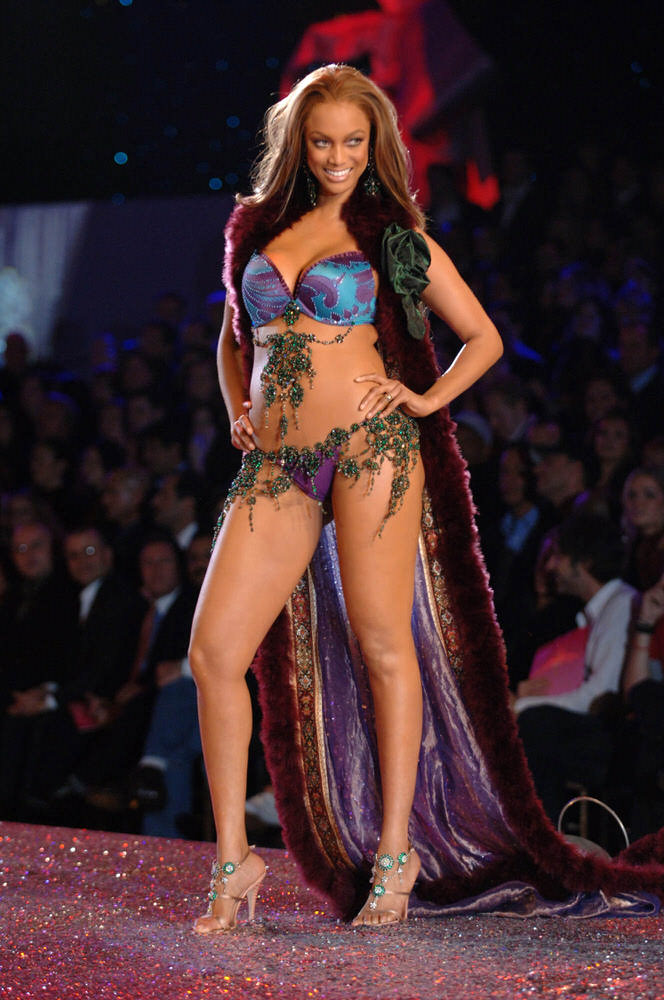 Tyra Banks – 4 Sexy Russian Babes – Victoria's Secret Fashion Show 2005 [x 38]