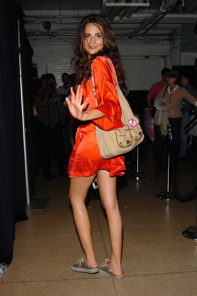 Fernanda Tavares – Backstage – Victoria's Secret Fashion Show 2005 [x 5]