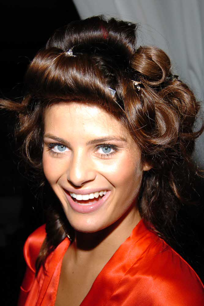 Isabeli Fontana – Backstage – Victoria's Secret Fashion Show 2005 [x 18]