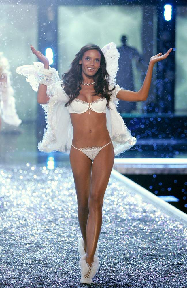 Selita Ebanks – 6 Winter Wonderland of Glacial Goddeses – Victoria's Secret Fashion Show 2006 [x 16]