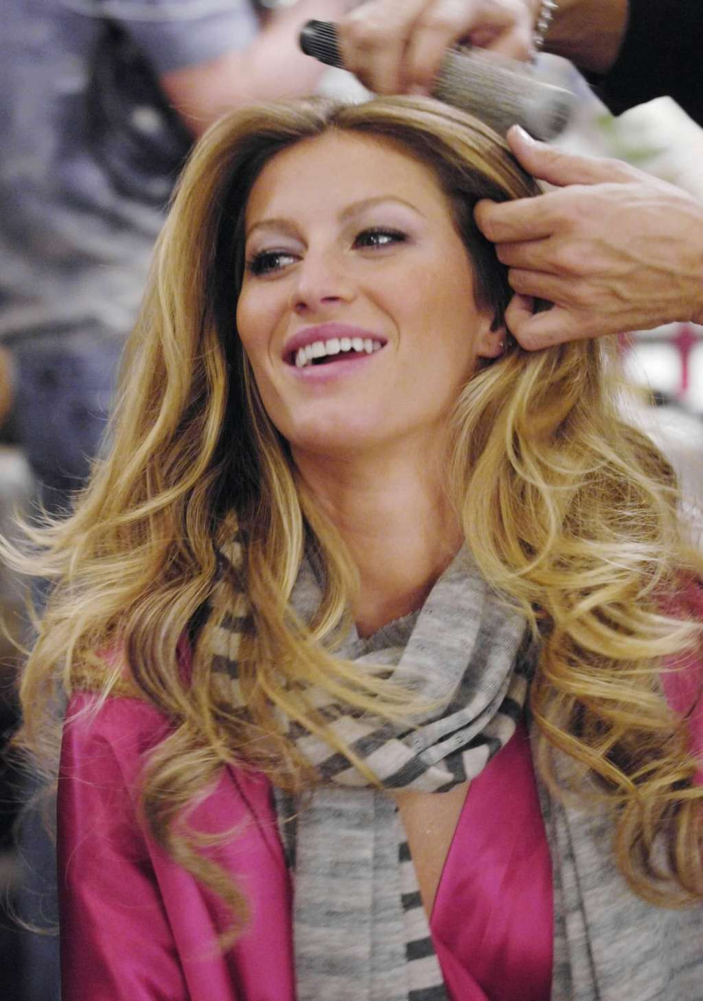 Gisele Bundchen – Backstage – Victoria's Secret Fashion Show 2006 [x 61]