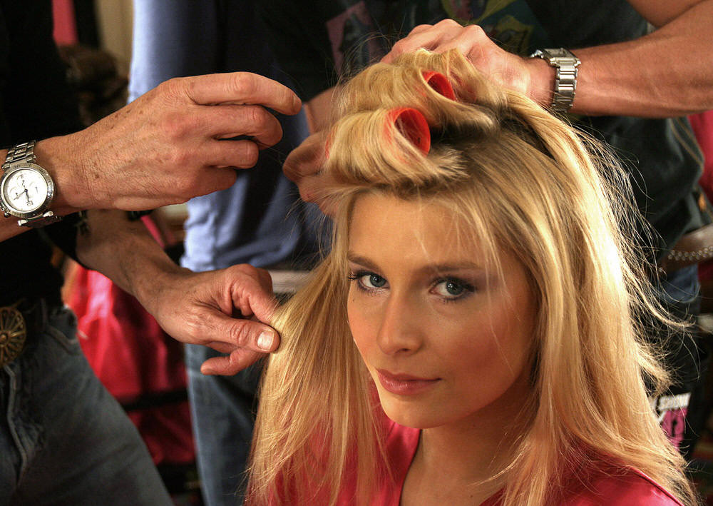 Hana Soukupova – Backstage – Victoria's Secret Fashion Show 2006 [x 1]