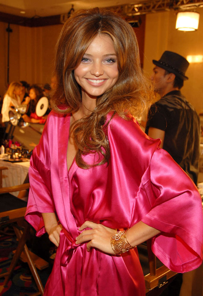 Miranda Kerr – Backstage – Victoria's Secret Fashion Show 2006 [x 10]