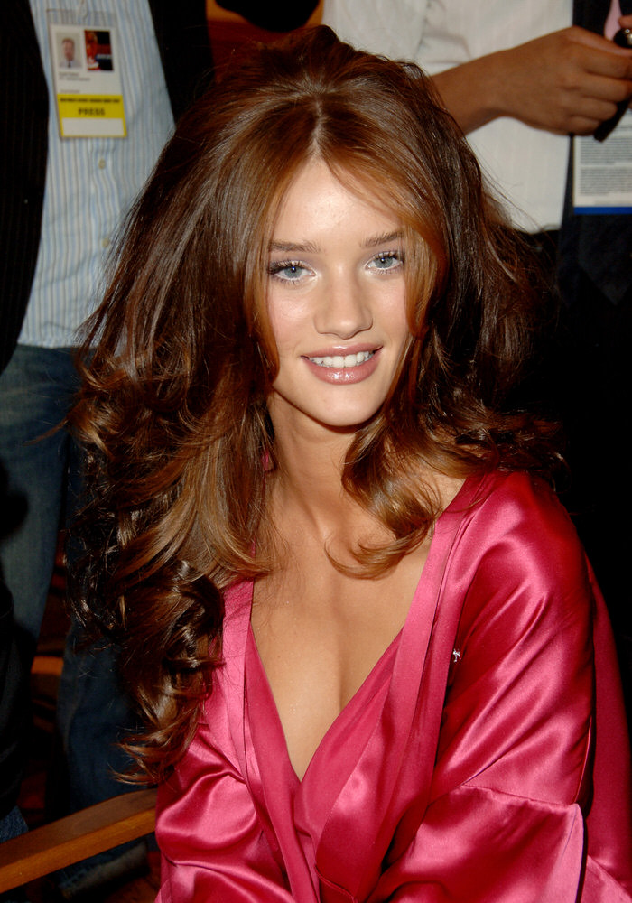 Rosie Huntington-Whiteley – Backstage – Victoria's Secret Fashion Show 2006 [x 13]