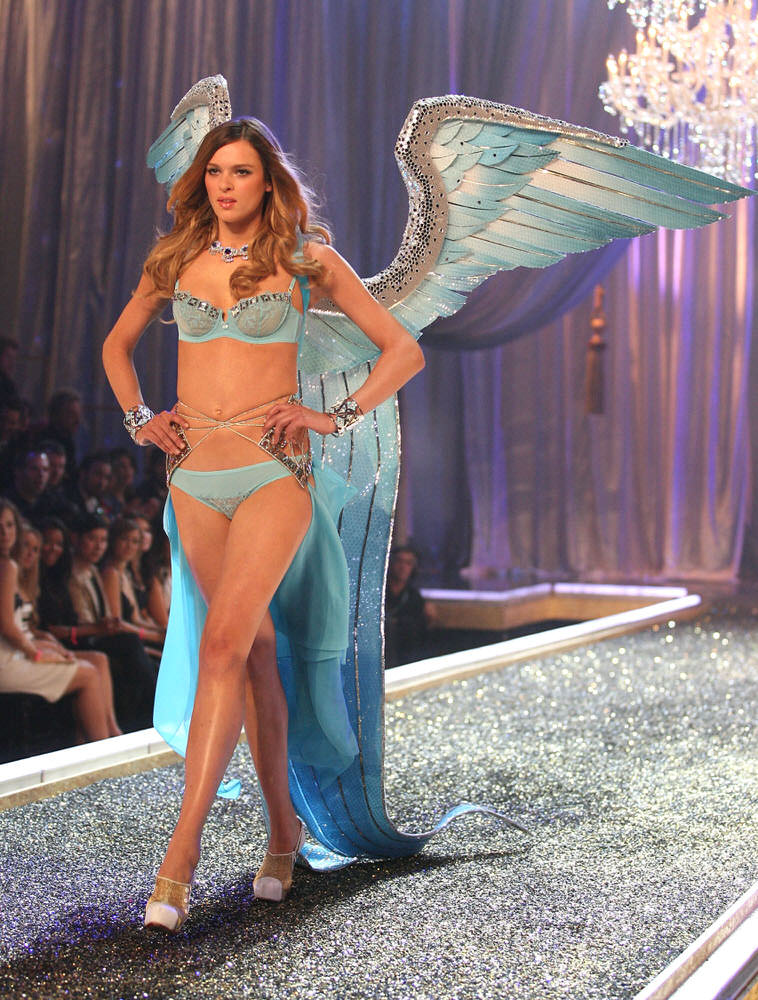 Elise Crombez – 2 Age of Elegance – Victoria's Secret Fashion Show 2007 [x 8]