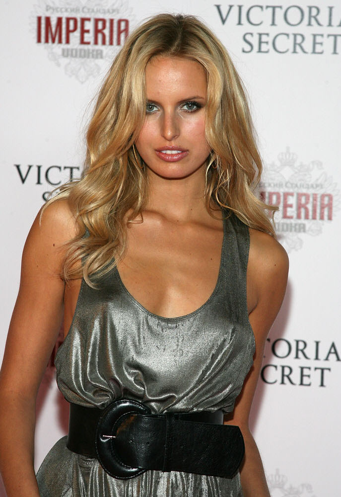 Karolina Kurkova – After Party – Victoria's Secret Fashion Show 2007 [x 16]
