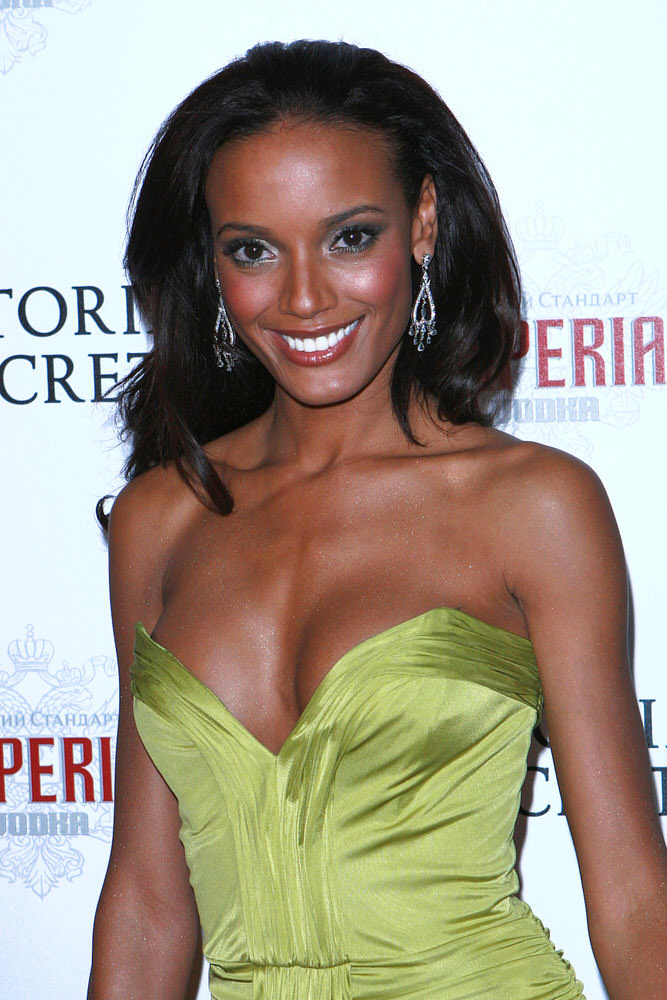 Selita Ebanks – After Party – Victoria's Secret Fashion Show 2007 [x 11]