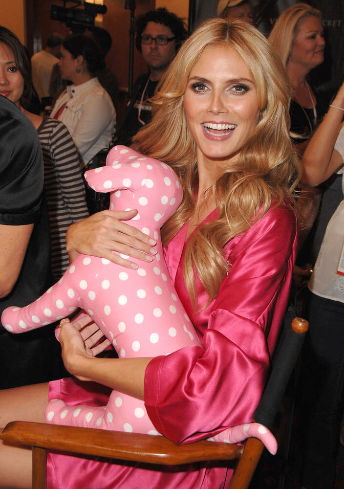 Heidi Klum – Backstage – Victoria's Secret Fashion Show 2007 [x 113]