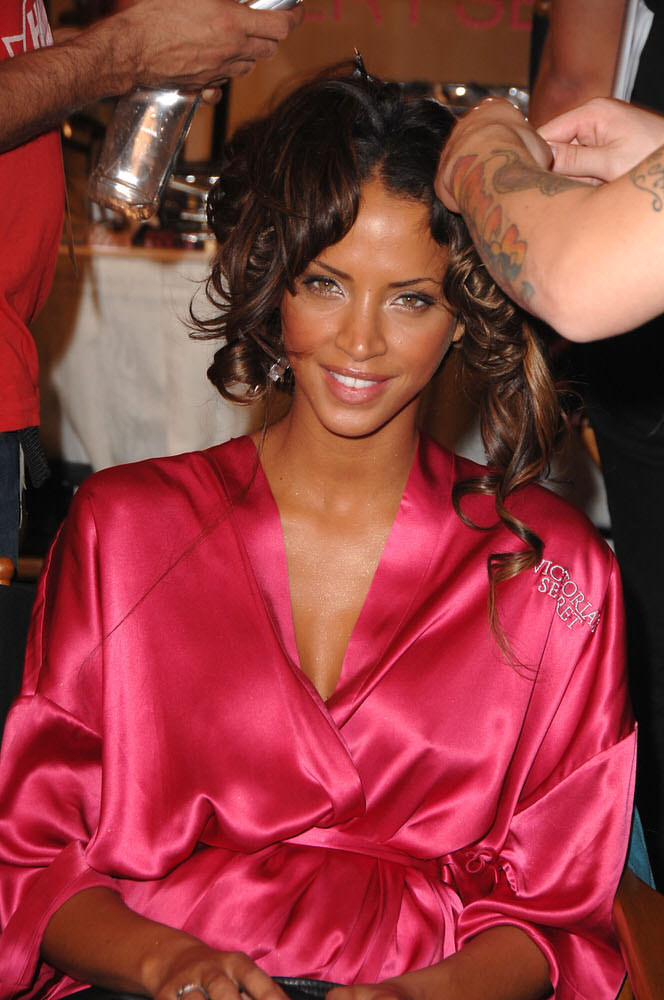 Noemie Lenoir – Backstage – Victoria's Secret Fashion Show 2007 [x 7]