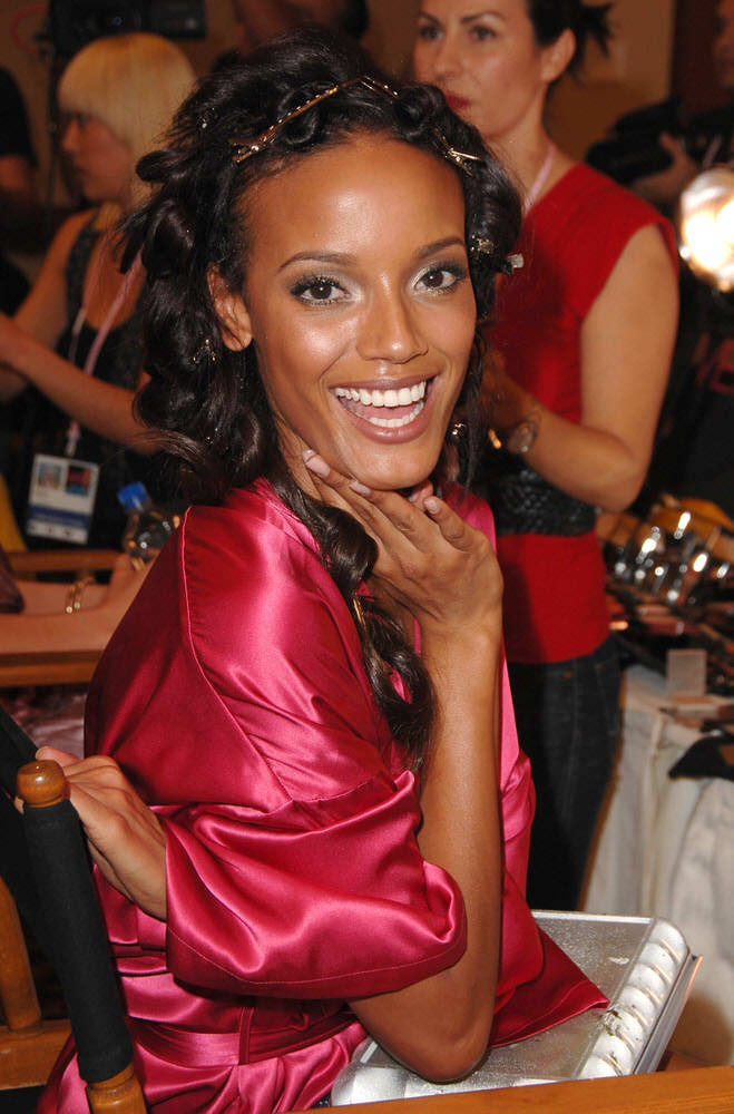 Selita Ebanks – Backstage – Victoria's Secret Fashion Show 2007 [x 28]
