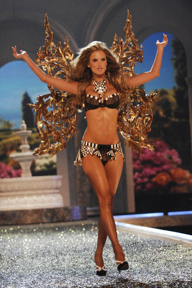 Alessandra Ambrosio – 4 Rome Antique – Victoria's Secret Fashion Show 2007 [x 46]