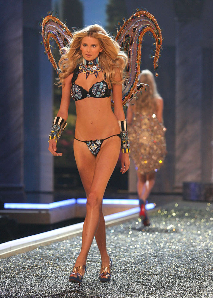 Hana Soukupova – 4 Rome Antique – Victoria's Secret Fashion Show 2007 [x 15]