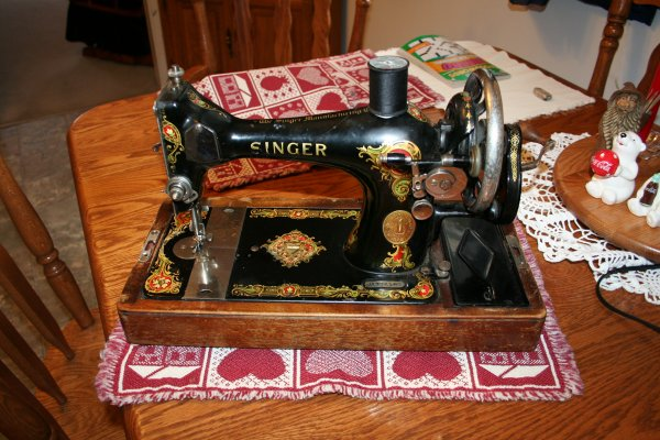 1924 Singer 128 Hand Crank Sewing Machine