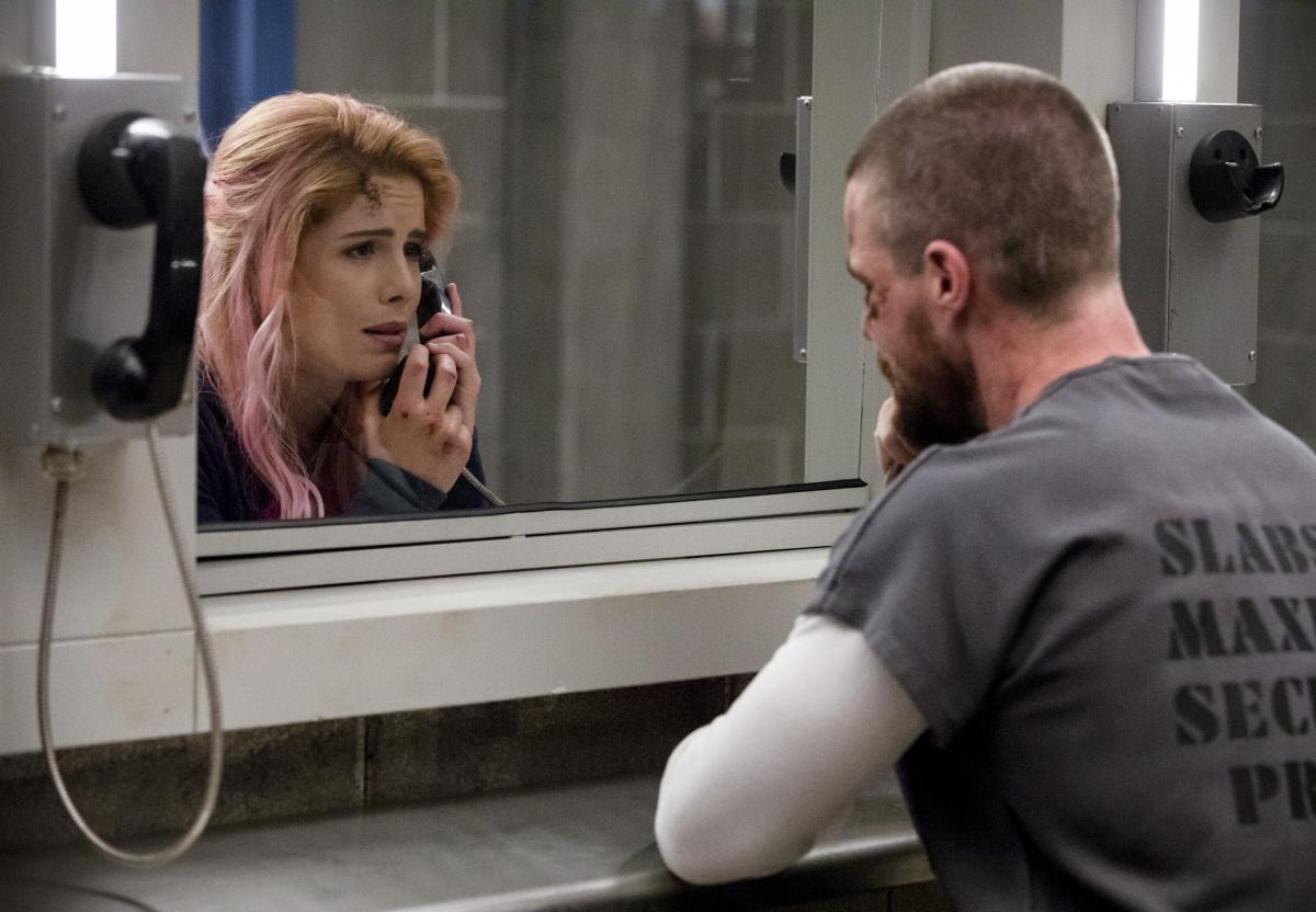 Oliver et Felicity dans Arrow 1x01 : Inmate 4587