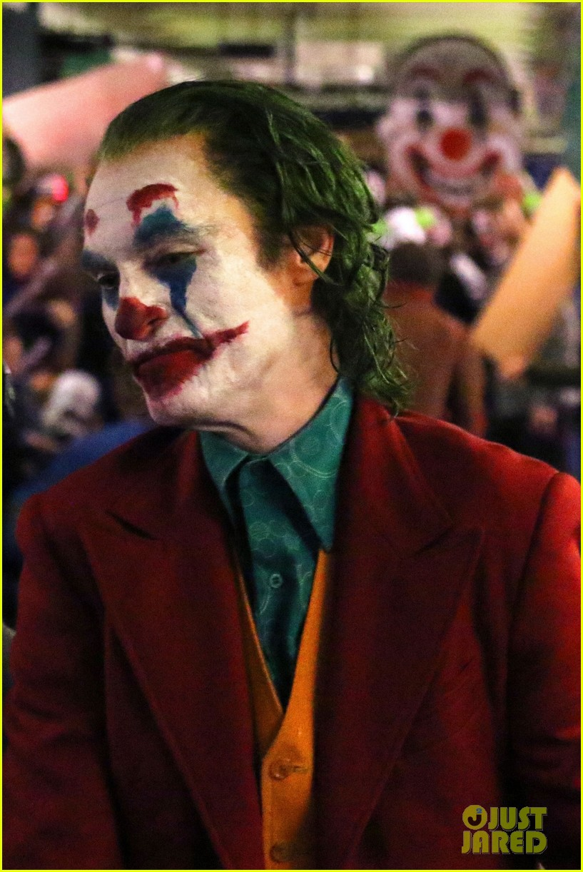 Joker  Joaquin-phoenix-transforms-into-the-joker-filming-riot-scene-31