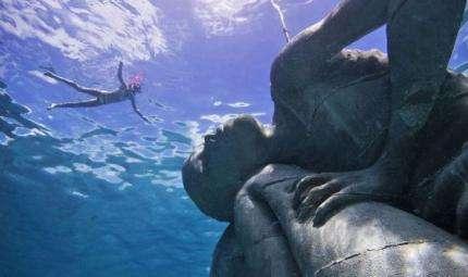 Alle Bahamas un gigante tiene l'oceano sulle spalle