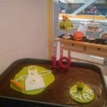 Tarta de galleta y chocolate con detalles de repostería