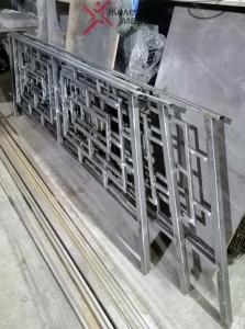 Металлические перила для лестницы с орнаментом или узором