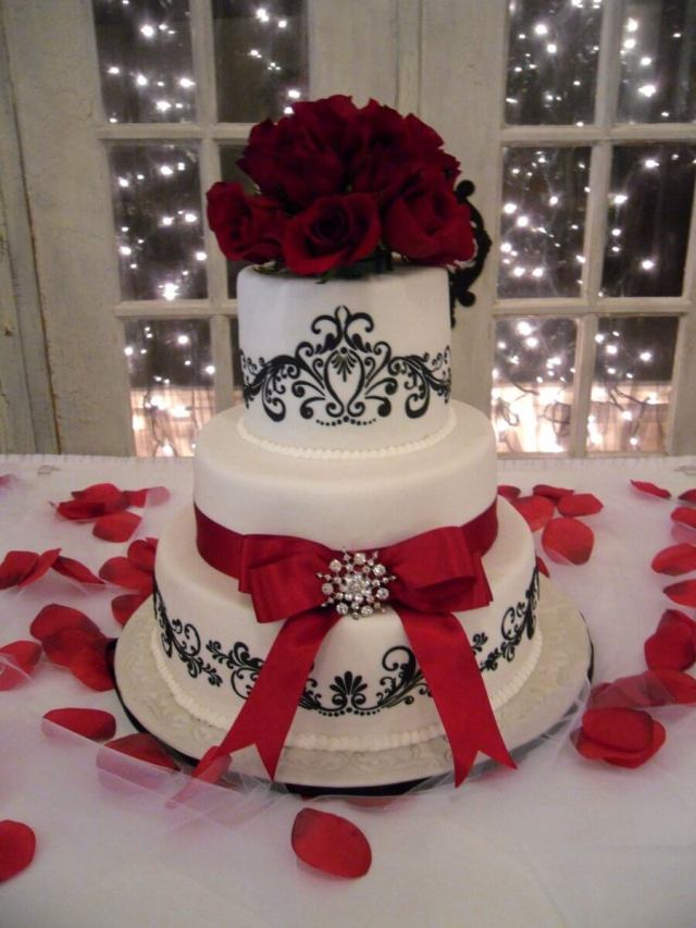 Red and white holiday season wedding cake