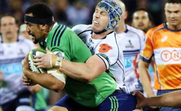 David Pocock tries to contain the Highlanders