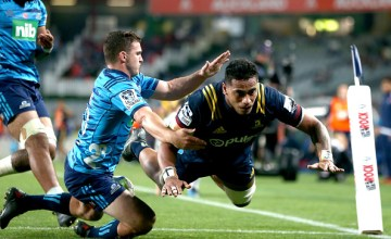 Shannon Frizell of the Highlanders scores a try during the round 10 Super Rugby match between the Blues and the Highlanders