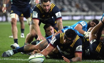 Shannon Frizell of the Highlanders scores a try during the round 10 Super Rugby match between the Highlanders and the Blues