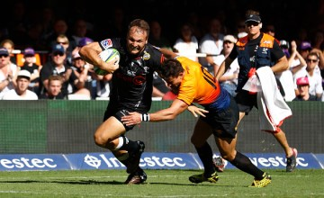 Andre Esterhuizen slips past Joaquin Diaz Bonilla to score in the Sharks 33-19 win over the Jaguares at Kings Park, Durban