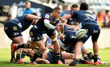 Aaron Smith of the Highlanders passes the ball out during the round 10 Super Rugby Aotearoa match between the Highlanders and the Hurricanes
