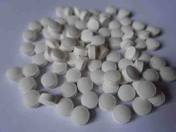 Weiße Tabletten mit Vitamin K2