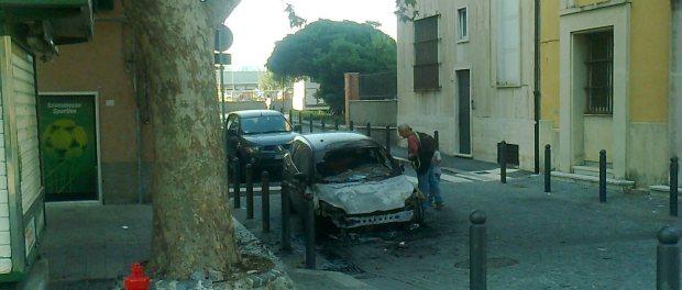 Fotonotizia: auto data alle fiamme in Piazza Sciesa