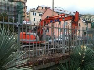 Escavatore in azione in Via Sapello