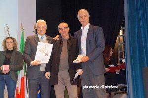Il Presidente della Sportiva Sapello riceve il premio da Malagò (sinistra) e da Eraldo Pizzo