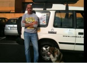 Gianluigi Longar Salvi con Balko e la jeep che lo condurrà fino a Capo Nord
