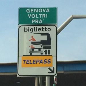 I nuovi cartelli al casello di Genova-Pra'.