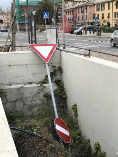 Cartelli stradali abbandonati zona Rotonda San Pietro