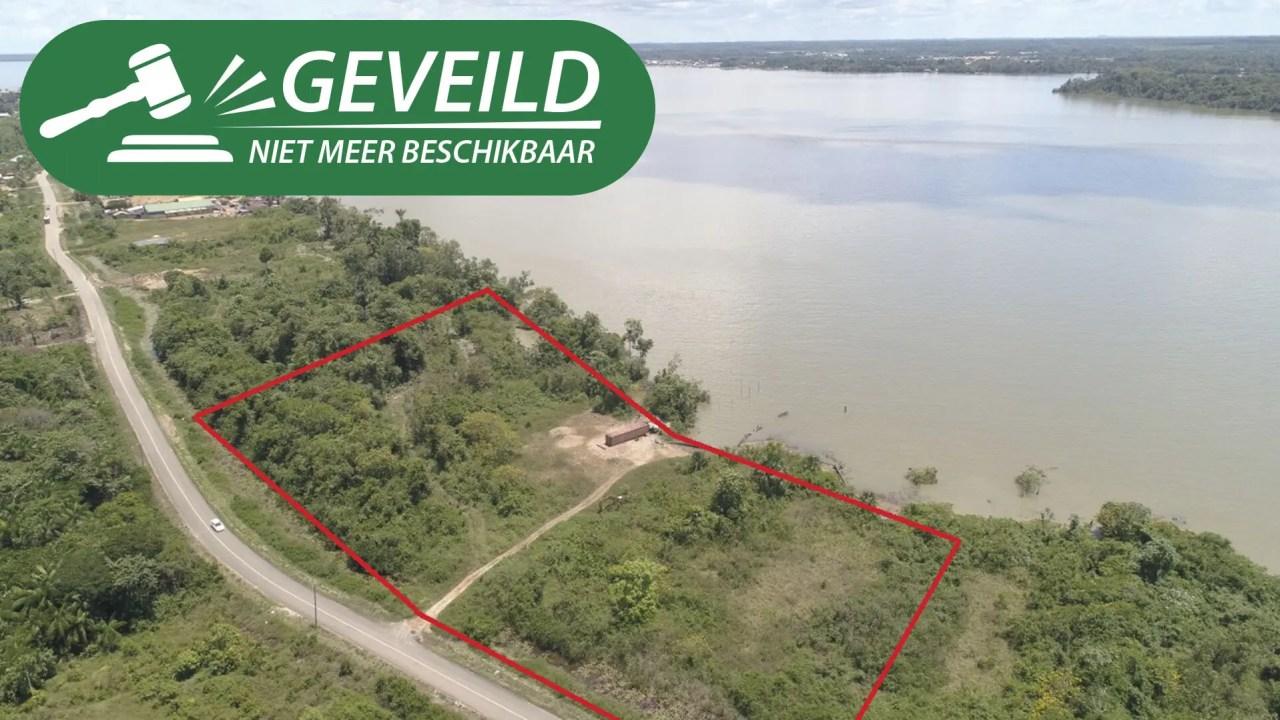 Rijweg naar Papatam perceel 20 - Groot terrein gelegen langs de rivier te Albina - Surgoed Makelaardij NV - Paramaribo, Suriname