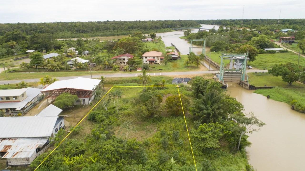 Creolaweg/ Tawajariepolderweg 25 - Leuke bouwkavel gelegen in een pittoreske omgeving langs de sluis van Creola - Surgoed Makelaardij NV - Paramaribo, Suriname