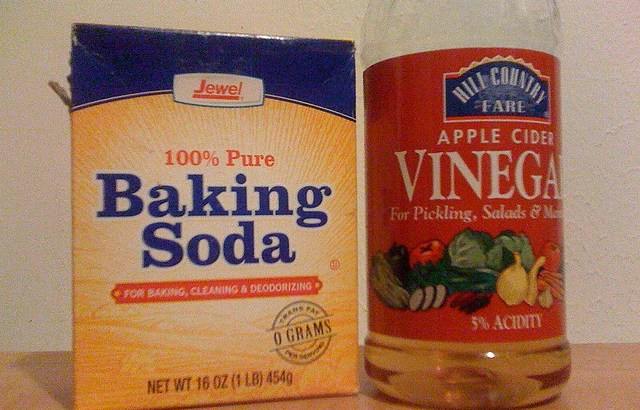 how to clean bathroom with baking soda and vinegar