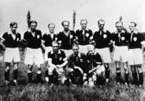 SuS 1948 V.l.h. Kurt Spies, Hans Zöllner, Emil Gossling, Dieter Stricker, Heinz Führing, Julius Marhoff, Willi Hochheimer, Fritz Nunnemann. Kniend v.l. Erich Foschepoth, Rudi Hochheimer, Kurt Winkelmann.