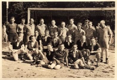 SuS 1953 Im dunkelen Trikot hockend v.l. Emil Gossling, Josef Wulf, Werner Hering, H. Rademacher, Otto Schomacker, Heinz Krämer, Kurt Winkelmann, Hans Zöllner. Sitzend v.l. Fredi Hansel, Heinz Hering, Franz Foschepoth.