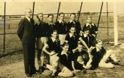 SuS Jugend 1948 H.v.l. Obmann Stapel, Franz Becker, Wilfried Hering, Otto Schomacker, Ernst Nölken, Manfred Sengera. Kn.v.l. Franz Schwennecker, Fredi Hansel, Hubert Loeser. V.v.l. Theo Wiese, Willi Augustin, Willi Wims.